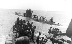 O U-156 e o U-507 (ao fundo) resgatam sobreviventes do Laconia em 1942