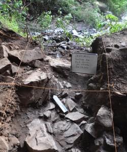 Escavação da rocha sob a qual foi encontrada o crânio do qual se retirou o material para sequenciamento do genoma. Foto Kathryn e John Arthur